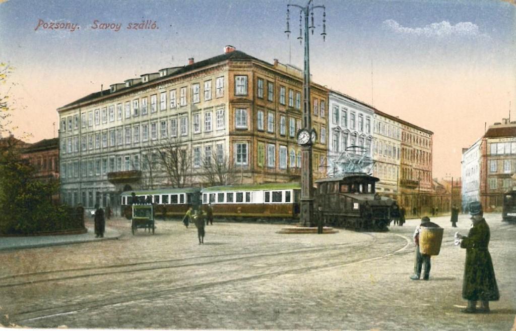 Jedna z najznámejších fotiek Viedenskej električky v Prešporku pri hoteli Savoy.